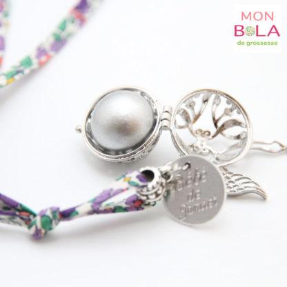 bijou pour future maman avec médaille gravée