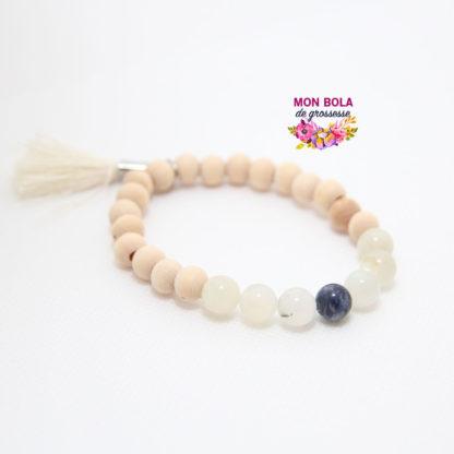 un bracelet en pierre de lune et sodalite